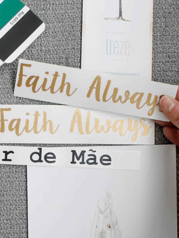 Imagem de Nossa Senhora de Fátima, com cartão Obrigado e mão a segurar decalque de parede com inscrição Faith Always e Amor de Mãe