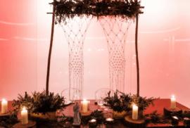Mesa de noivos, bem decorada, com velas e um Santo António.